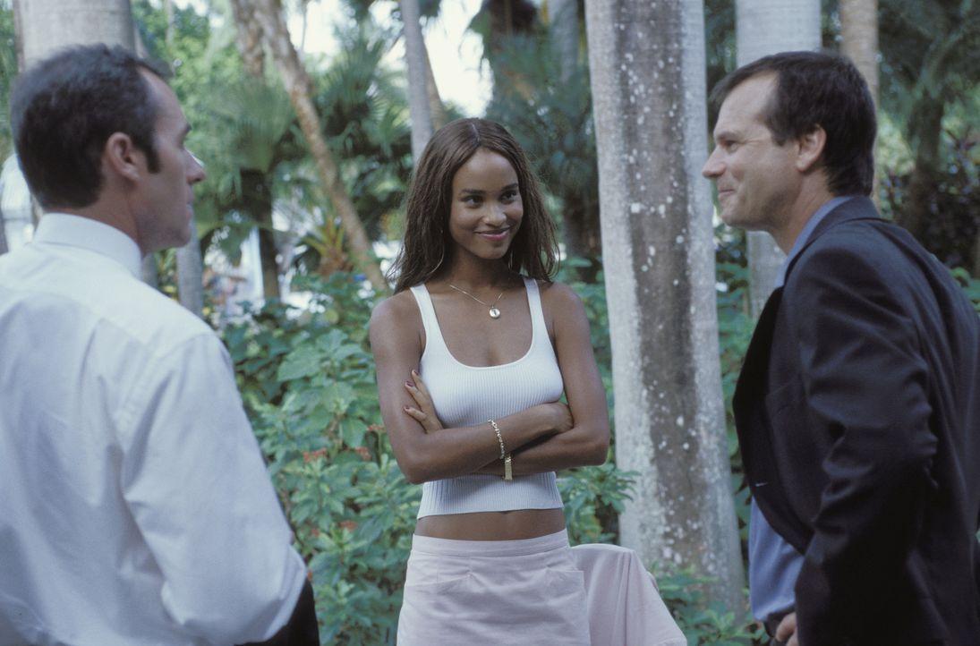 Eine berechnende, aber auch gefühlvolle Verbindung: Carl Ridley (Bill Paxton, r.), Sheila (Joy Bryant, M.) und Mr. Allen (Stephen Dillane, l.) ... - Bildquelle: Syndicate Films