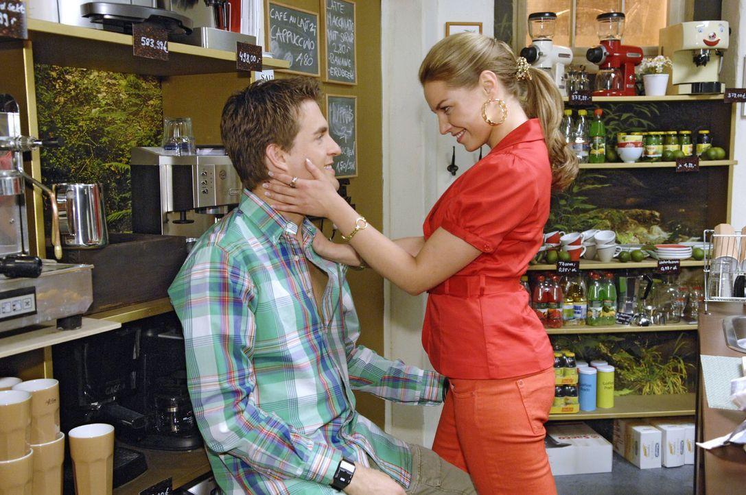 Nachdem sie ihn am Vorabend zusammengestaucht hat, gelingt es Katja (Karolina Lodyga, r.), Lars (Alexander Klaws, l.) wieder versöhnlich zu stimmen. - Bildquelle: Claudius Pflug Sat.1