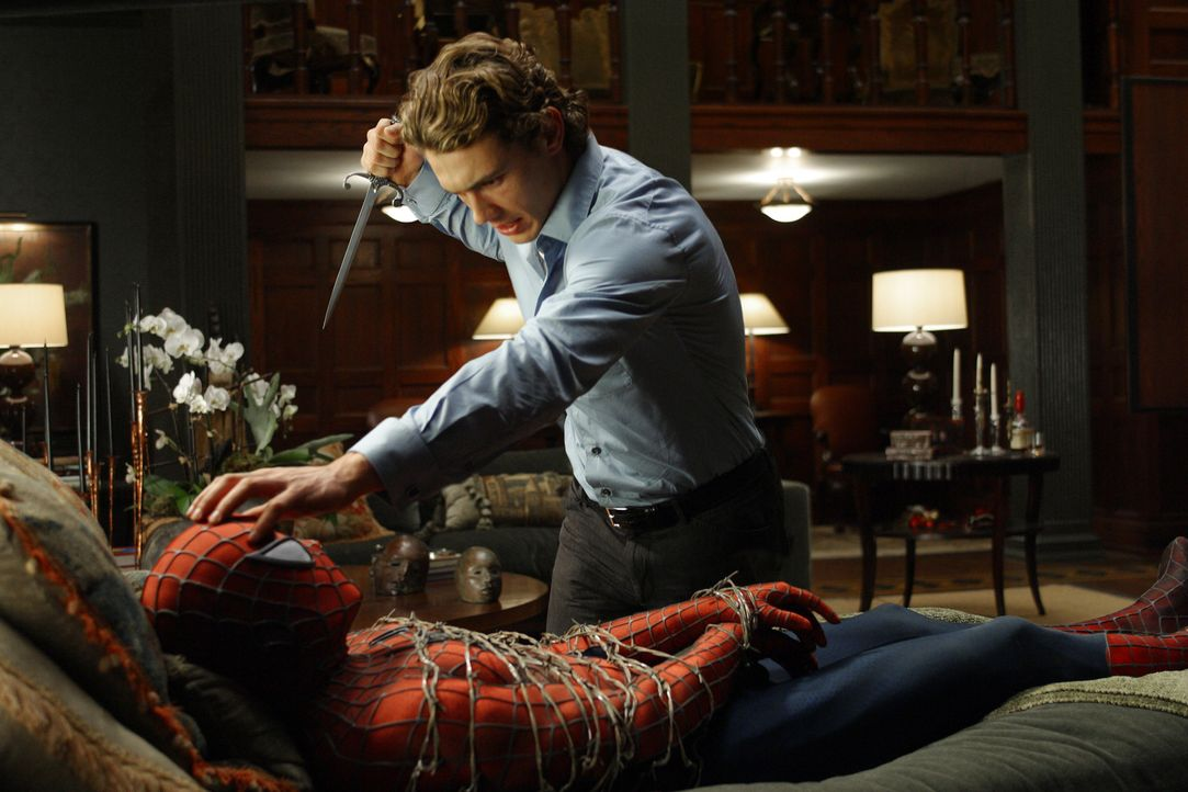 Harry Osborn (James Franco, r.) will Spider-Man (Tobey Maguire, l.) als Rache für den Tod seines Vaters umbringen, ihm aber vorher die Maske abnehme... - Bildquelle: Sony Pictures Television International. All Rights Reserved.