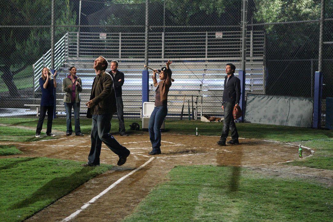 Nachdem klar ist, dass die erste Entlassungsrunde an ihnen vorbei gegangen ist, gehen Meredith (Ellen Pompeo, l.) Lexie (Chyler Leigh, 2.v.l.), Owen... - Bildquelle: Touchstone Television