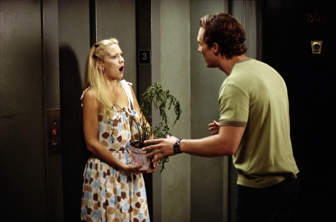 """""""Du hast unseren Liebesfarn sterben lassen"""", heult Andie (Kate Hudson, l.). """"Er schläft nur"""", tröstet Ben (Matthew McConaughey, r.) sie zerknirsch... - Bildquelle: Paramount Pictures"""