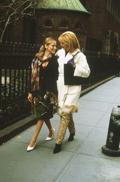 Während eines kleinen Fußmarsches erzählt Sam (Kim Cattrall, r.) Carrie (Sarah Jessica Parker, l.) von ihrem kühnen Versuch, einen attraktiven F... - Bildquelle: Paramount Pictures