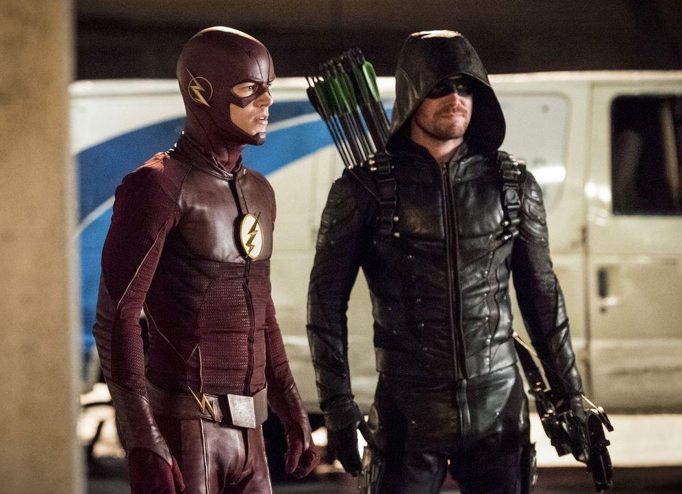 Müssen Barry alias The Flash (Grant Gustin, l.) und Oliver alias Green Arrow (Stephen Amell, r.) plötzlich gegen ihre eigentlichen Freunde kämpfen? - Bildquelle: 2016 Warner Bros.