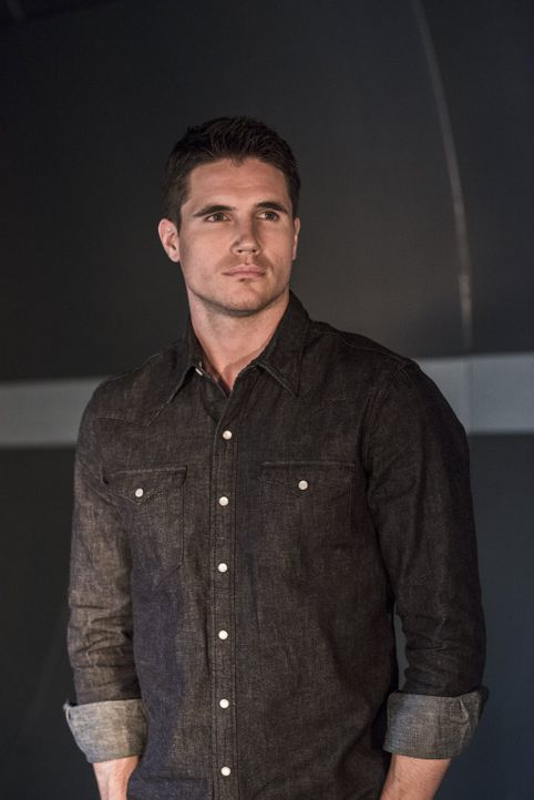 Hat Wells etwas mit dem Tod an Caitlins Verlobten Ronnie (Robbie Amell) zu tun? - Bildquelle: Warner Brothers.