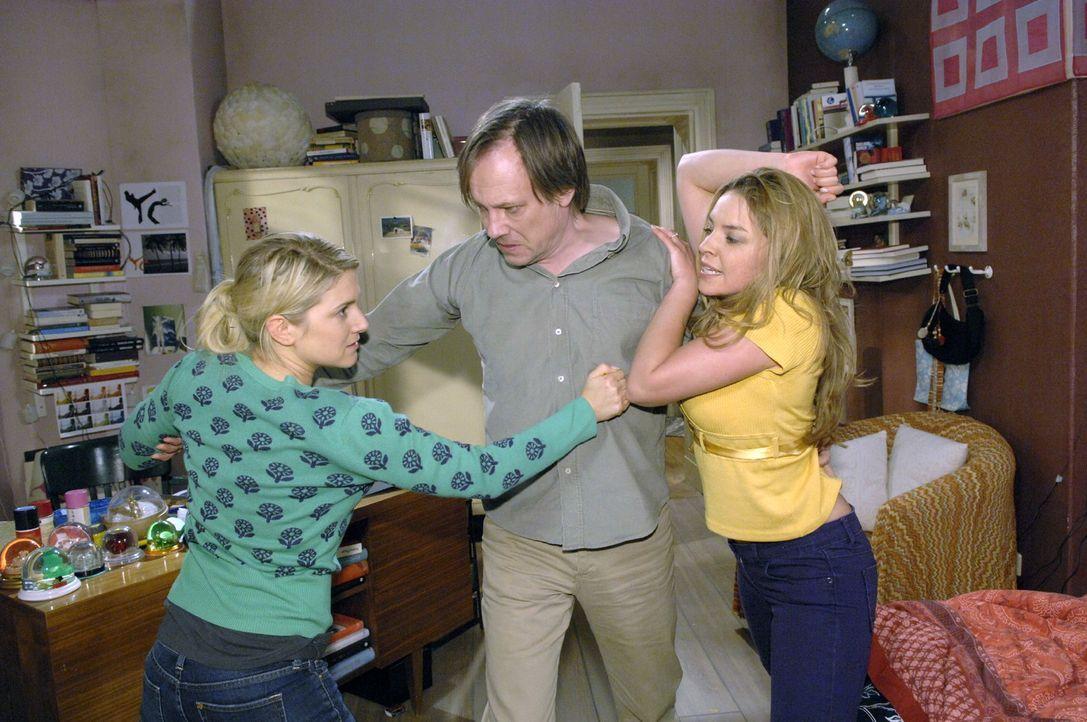 Armin (Rainer Will, M.) muss eingreifen, als der Streit zwischen Anna (Jeanette Biedermann, l.) und Katja (Karolina Lodyga, r.) zu eskalieren droht. - Bildquelle: Sat.1