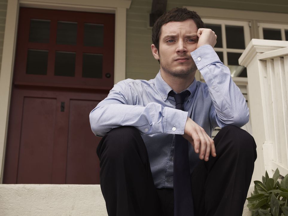 (1. Staffel) - Sein Leben nimmt eine komplette Wendung, als er seine Nachbarin Jenna und deren Hund Wilfred kennenlernt: Ryan (Elijah Wood) ... - Bildquelle: 2011 FX Networks, LLC. All rights reserved.
