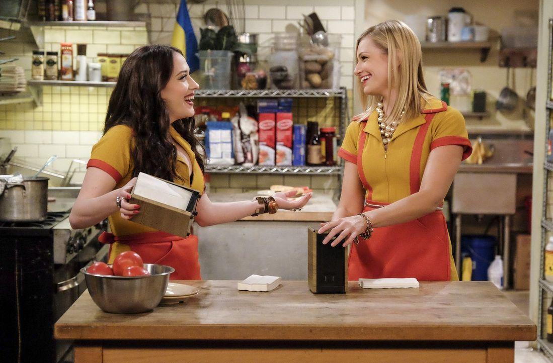 Während Caroline (Beth Behrs, r.) sich mit Hans Annäherungsversuchen auseinandersetzen muss, glaubt Max (Kat Dennings, l.) noch, dass ihre Trennung... - Bildquelle: Warner Bros. Television