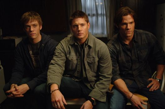 Supernatural - Sam (Jared Padalecki, r.) und Dean (Jensen Ackles, M.) bekomme...