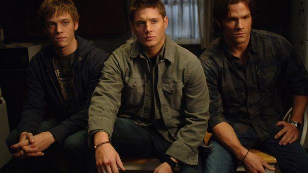 Sam (Jared Padalecki, r.) und Dean (Jensen Ackles, M.) bekommen einen Anruf v...