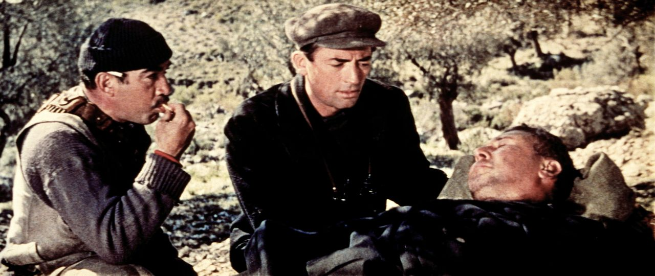 Andrea (Anthony Quinn, l.) und Mallory (Gregory Peck, M.) versorgen den schwer verletzten Major Franklin (Anthony Quayle, r.) ...