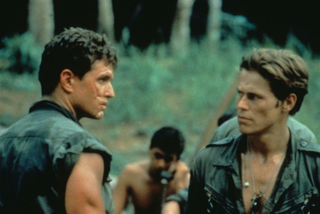 Ein hasserfüllter Kampf entbrennt zwischen Sergeant Elias (Willem Dafoe, r.) und Sergeant Barnes (Tom Berenger, l.) ... - Bildquelle: Orion Pictures Corporation