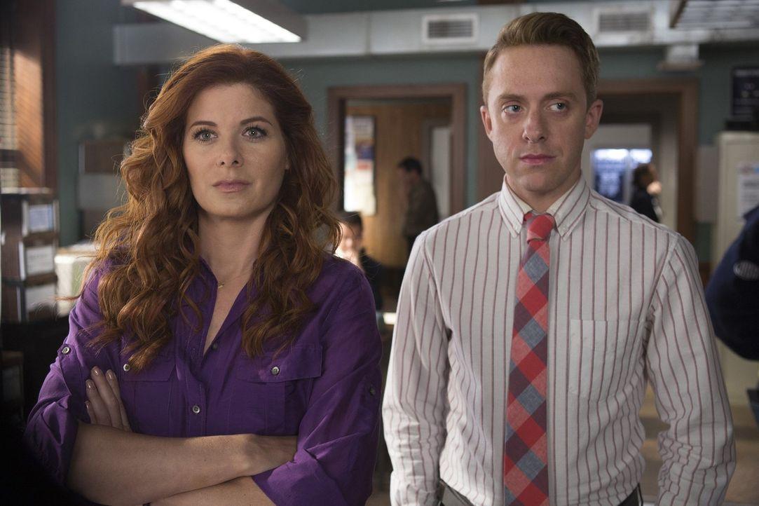 Ein Junge wird entführt, doch bevor Laura (Debra Messing), Max (Max Jenkins) und das Team ihn aufspüren können, müssen sie erst einem Familiengeheim... - Bildquelle: 2015 Warner Bros. Entertainment, Inc.