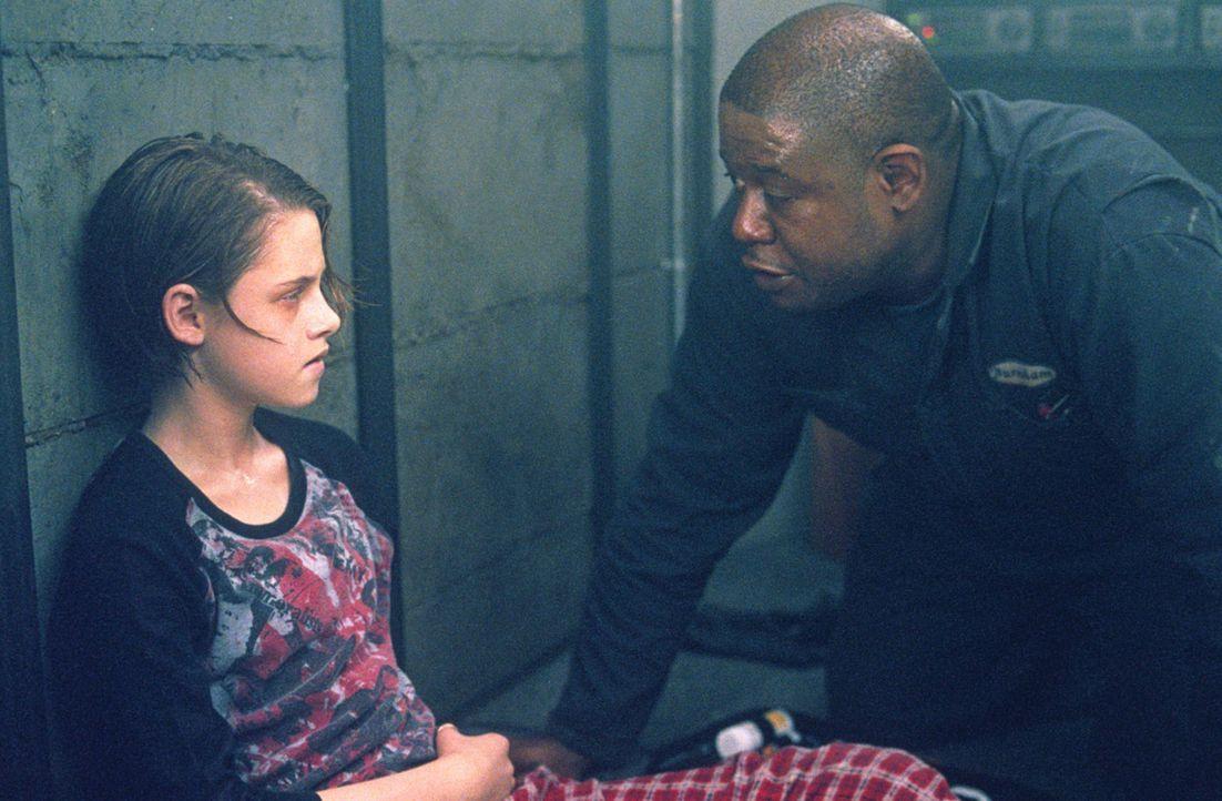 Sarahs (Kristen Stewart, l.) Zustand wird zunehmend schlechter. Doch der Gangster Burnham (Forest Whitaker, r.) hat ein gutes Herz und verabreicht i... - Bildquelle: 2003 Sony Pictures Television International. All Rights Reserved