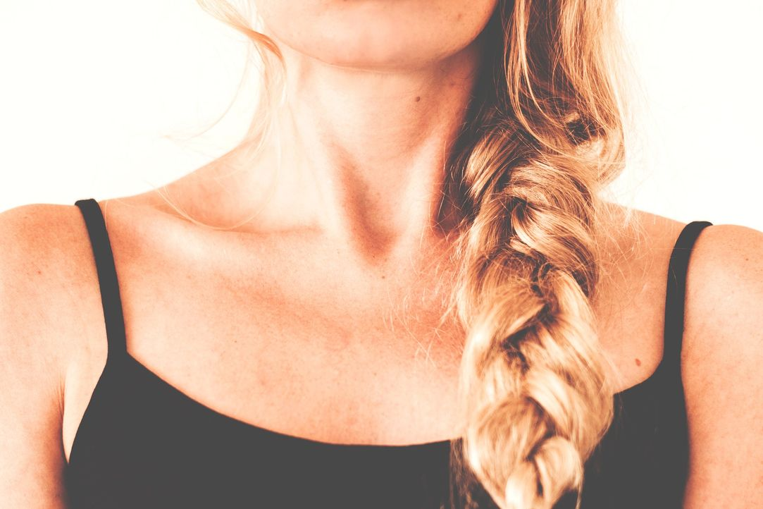 1. Belastung für die HaareEin strenger Pferdeschwanz oder andere straffe Fri... - Bildquelle: Pixabay