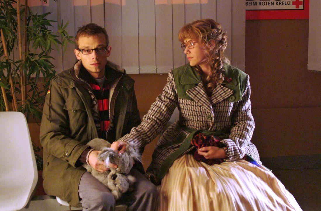 """Lisa (Alexandra Neldel, r.) steht Jürgen (Oliver Bokern, l.), der im Krankenhaus auf Nachricht über Sabrinas Zustand wartet, bei. (Dieses Foto von Alexandra Neldel darf nur in Zusammenhang mit der Berichterstattung über die Serie """"Verliebt in Berlin"""" veröffentlicht und verbreitet werden.)"""