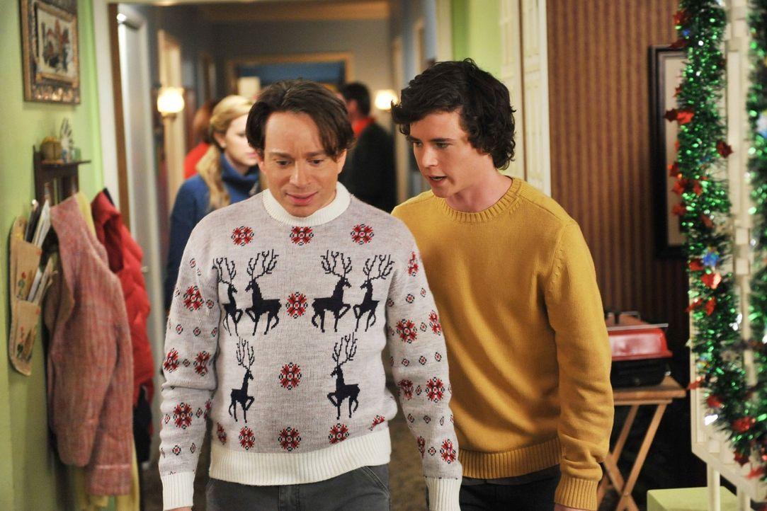 Als Bob (Chris Kattan, l.) und Axl (Charlie McDermott, r.) gemeinsam Weihnachtsbäume verkaufen, bemüht sich Bob, cool zu sein, um Axl als Freund zu... - Bildquelle: Warner Brothers