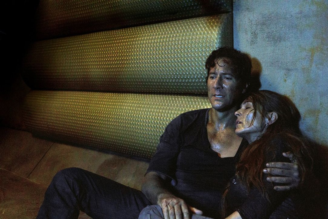 Die Überlebenschancen auf dem Raumschiff schwinden auch für Kane (Henry Ian Cusick, l.) und Abigail (Paige Turco, r.) immer mehr ... - Bildquelle: Warner Brothers