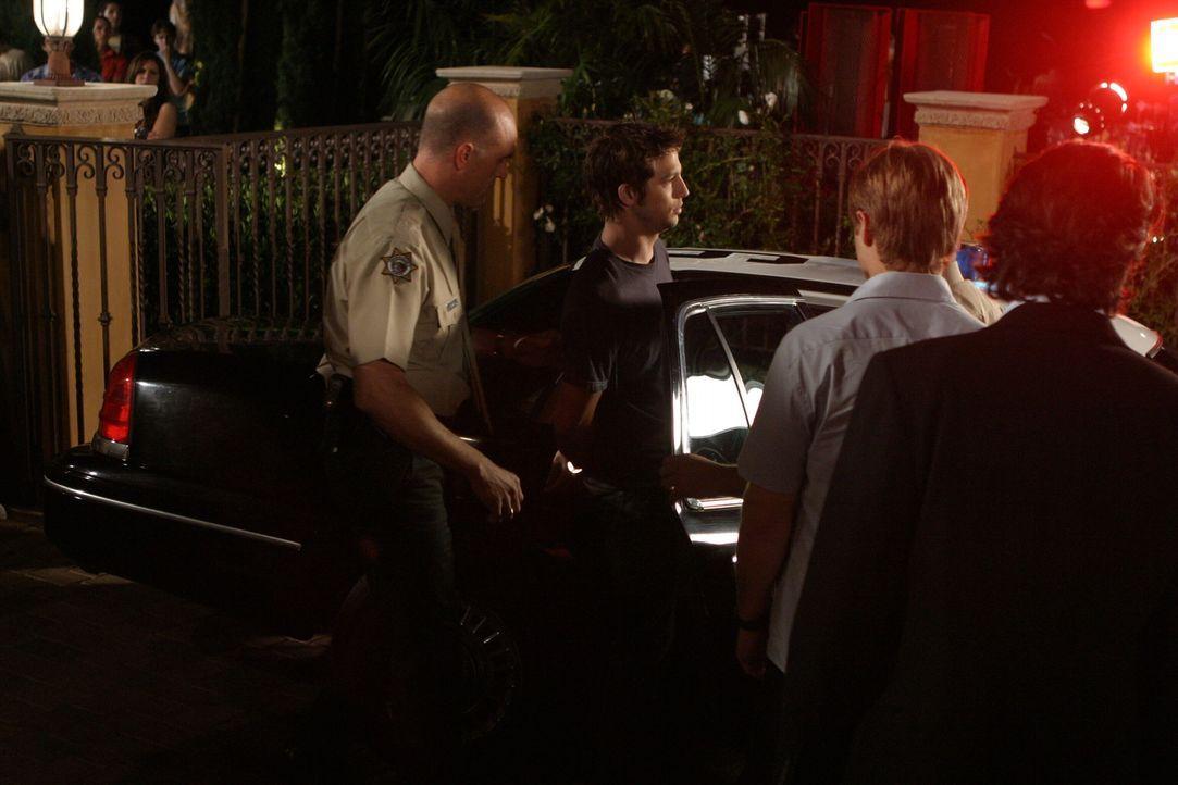 Ryan (Benjamin McKenzie, 2.v.r.) und Sandy (Peter Gallagher, r.) müssen mit ansehen, wie Trey (Logan Marshall-Green, 2.v.l.) auf seiner Überraschu... - Bildquelle: Warner Bros. Television