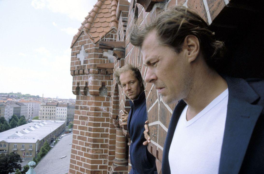 Victor (Jochen Horst, l.) versucht, Toni (Sven Martinek, r.) vom Springen abzubringen. - Bildquelle: Spitz Sat.1