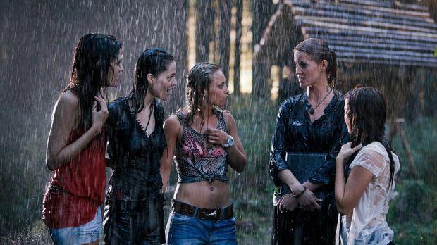 Als den vier Kommilitoninnen Milla (Jasmin Lord, l.), Alexandra (Kristina Dör...