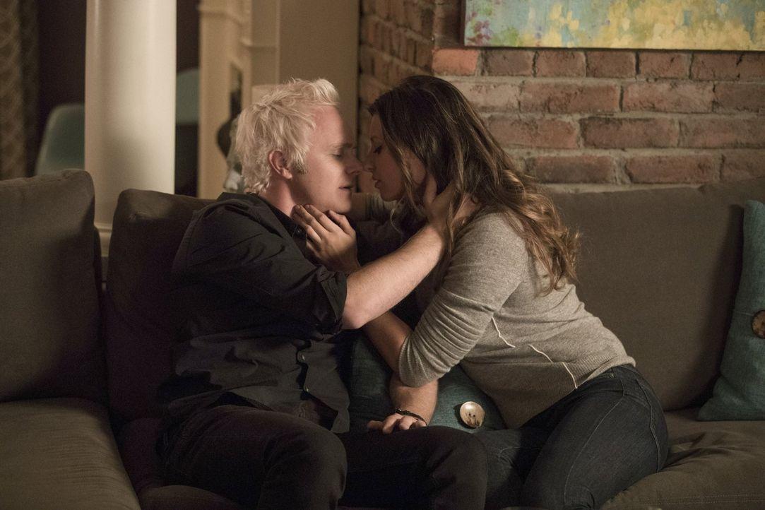 Nachdem Peyton (Aly Michalka, r.) Ravi mit einer anderen Frau gesehen hat, wendet sie sich wieder mehr Blaine (David Anders, l.) zu, während dieser... - Bildquelle: 2017 Warner Brothers