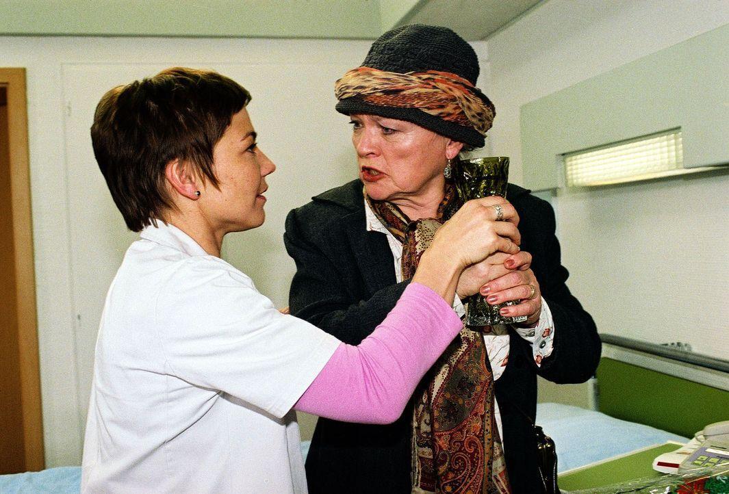Schwester Stephanie (Claudia Schmutzler, l.) kann gerade noch verhindern, dass Oma Carla (Eva Maria Hagen, r.) das Blumenwasser trinkt. - Bildquelle: Monika Schürle Sat.1