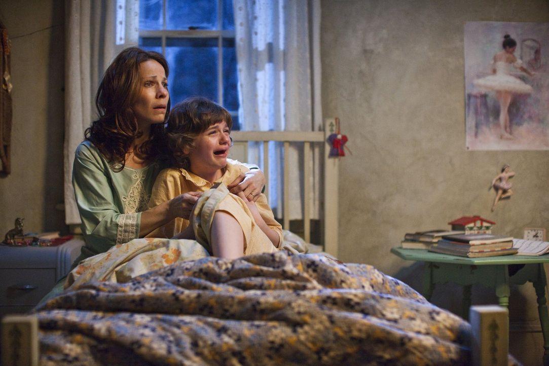 Im Visier des Bösen: Carolyn (Lili Taylor, l.) und ihre jüngste Tochter Christine (Joey King, r.) ... - Bildquelle: Warner Brothers
