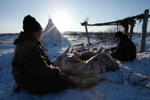 Life below Zero - Überleben in Alaska - Nach der Jagd ist für Agnes (l.) und...