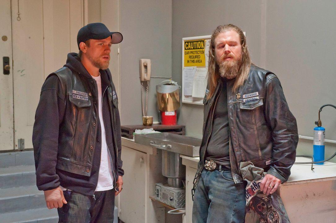 Das Verhältnis zwischen Jax (Charlie Hunnam, l.) und seinem Ersatzbruder Opie (Ryan Hurst, r.) wird auf eine harte Probe gestellt ... - Bildquelle: 2011 Twentieth Century Fox Film Corporation and Bluebush Productions, LLC. All rights reserved.