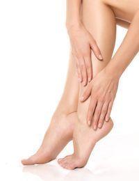 Schöne Füße sind eine Frage der richtigen Pflege. Gegen Hornhaut, Hautrisse u...