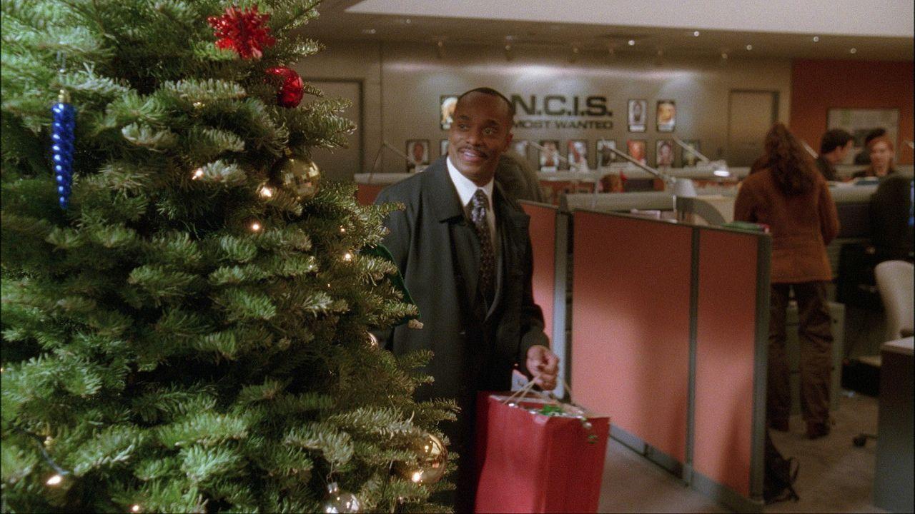 Weihnachten steht vor der Tür: NCIS Director Leon Vance (Rocky Carroll) bereitet sich darauf vor ... - Bildquelle: CBS Television
