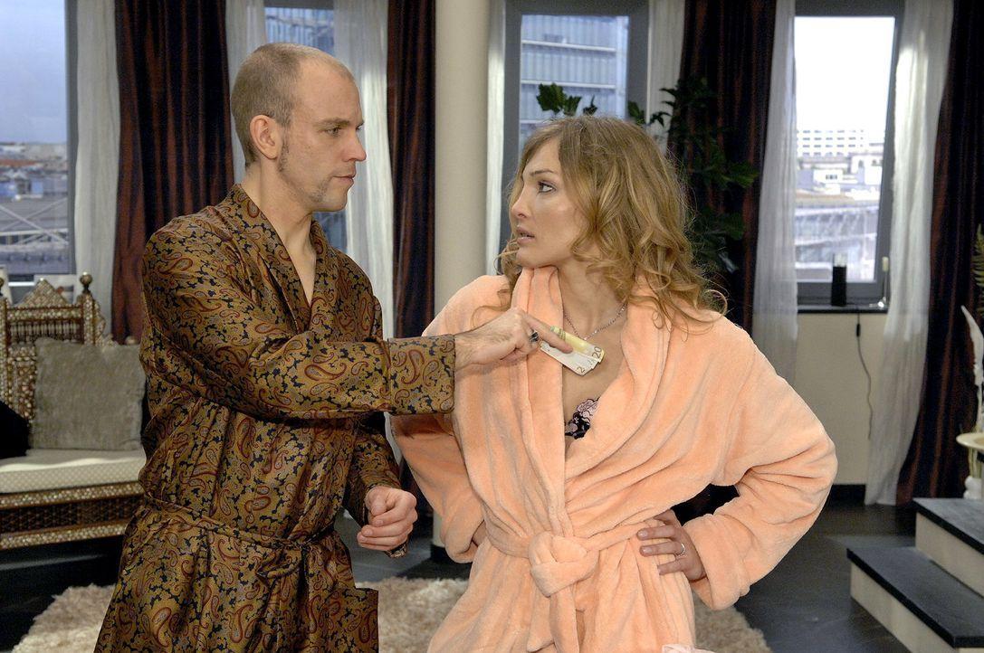 Gerrit (Lars Löllmann, l.) demütigt Anette (Tanja Wenzel, r.) und bezahlt sie, nachdem sie miteinander geschlafen haben. - Bildquelle: Claudius Pflug Sat.1