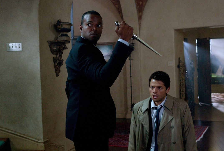 Schließlich muss sich Castiel (Misha Collins, r.) eingestehen, dass Raphael (Demore Barnes, l.) ihn tatsächlich ausfindig gemacht hat ... - Bildquelle: Warner Bros. Television