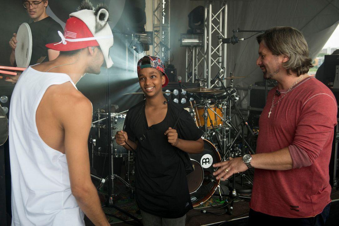 """Henning Wehland (r.) macht es möglich: """"The Voice Kids""""-Gewinner Danyiom (M.) darf zusammen mit seinem Vorbild Cro (l.) auf die Bühne ... - Bildquelle: Martin Rottenkolber SAT.1"""