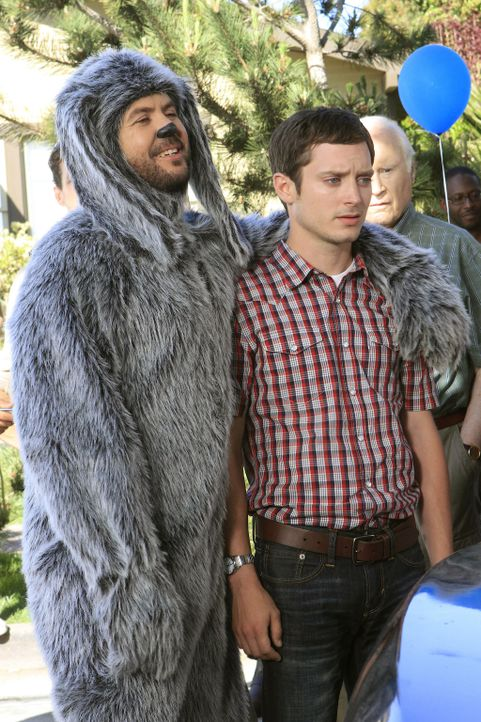 Wilfred (Jason Gann, l.) versucht, den ruinierten Ruf von Ryan (Elijah Wood, r.) wiederherzustellen - wenn der Schuss mal nicht nach hinten losgeht... - Bildquelle: 2011 FX Networks, LLC. All rights reserved.