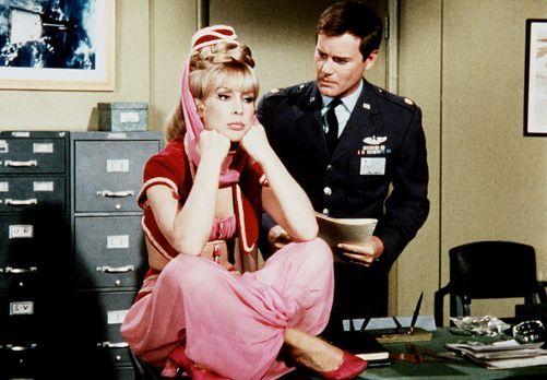 Bezaubernde Jeannie - Jeannie (Barbara Eden, l.) und Tony (Larry Hagman, r.)...