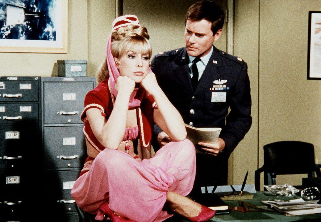 Jeannie (Barbara Eden, l.) und Tony (Larry Hagman, r.) machen sich um ihren Freund Roger Sorgen, denn Roger findet einfach keine Frau. - Bildquelle: Columbia Pictures