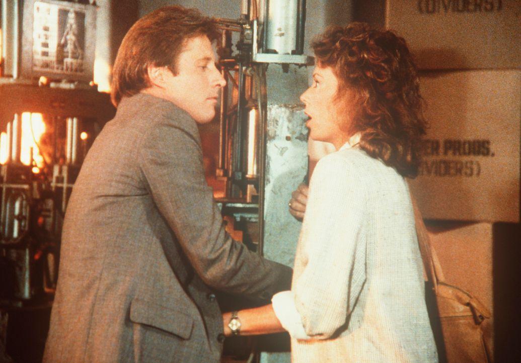 In einer abgelegenen Lagerhalle versuchen Amanda (Kate Jackson, r.) und Lee (Bruce Boxleitner, l.), ihre Fesseln zu lösen, bevor sie verbrennen. - Bildquelle: CBS Television