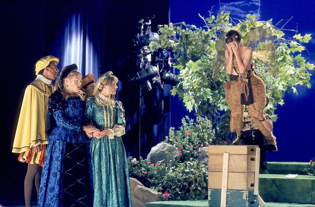 """Malcolm (Frankie Muniz, r.) schämt sich in Grund und Boden: Er spielt die Hauptrolle in Shakespeares """"Sommernachtstraum"""" und hat seinen Text verges... - Bildquelle: TM +   2000 Twentieth Century Fox Film Corporation. All Rights Reserved."""