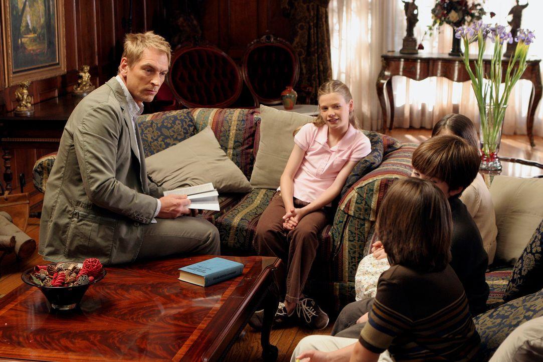 Ethan Clark (Julian Sands, l.) unterhält sich mit Kirsten (Kyle Chavarria, 2.v.l.), Elana (Alisa Gerstein, hinten r.), Liam (Jeremy Shada, 2.v.r.) u... - Bildquelle: ABC Studios