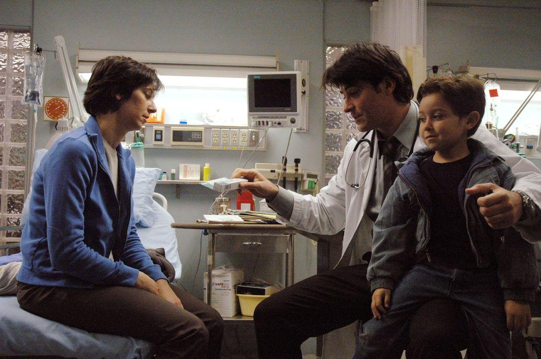 Obwohl Luka (Goran Visnjic, M.) mit den Gedanken bei Sam ist, kümmert er sich rührend um Marey Casey (Brynn Horrocks, l.) und dessen Sohn (Darstelle... - Bildquelle: WARNER BROS