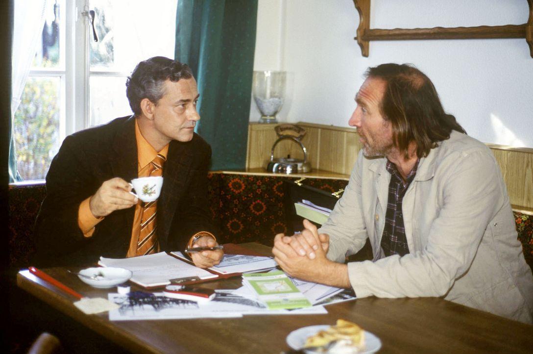 Vergnügungspark oder Bauernhof: Gibt Karl sein Stück Heimat auf und verkauft an den windigen Unternehmer Neumann (Rolf Kanies, l.)? - Bildquelle: Susanne Dittmann Sat.1