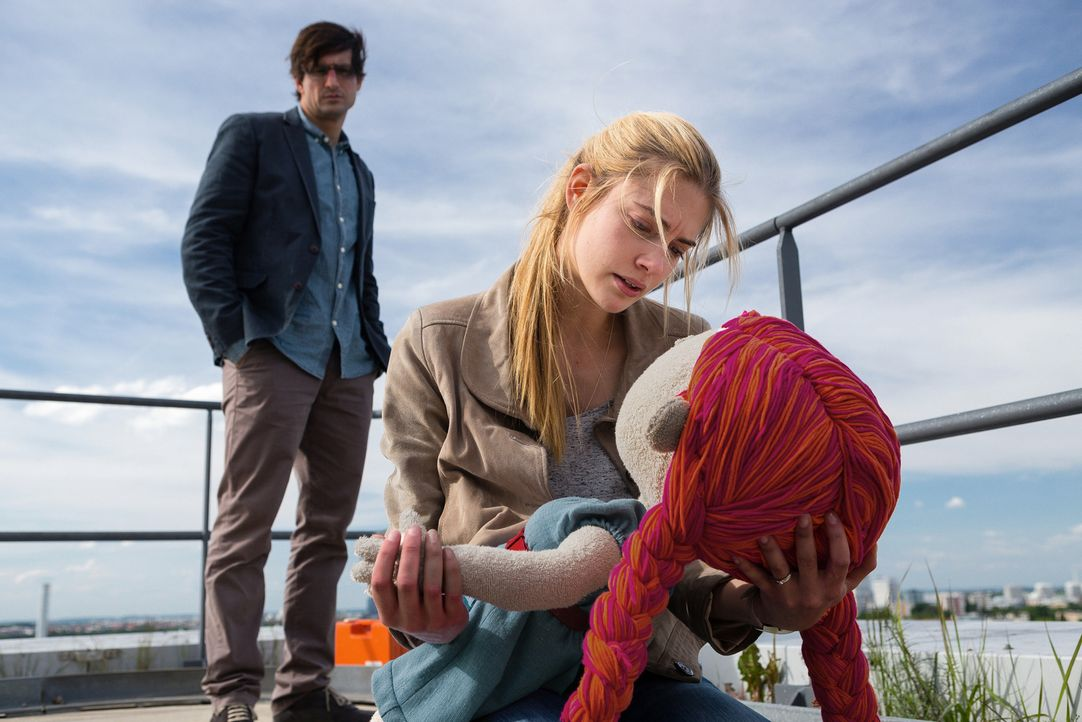 Während der strukturierte Wolfgang (Tom Beck, l.) in der Puppe das allgegenwärtige Unheil und Chaos sieht, ist diese für Jana (Laura Berlin, r.) sei... - Bildquelle: Arvid Uhlig SAT.1