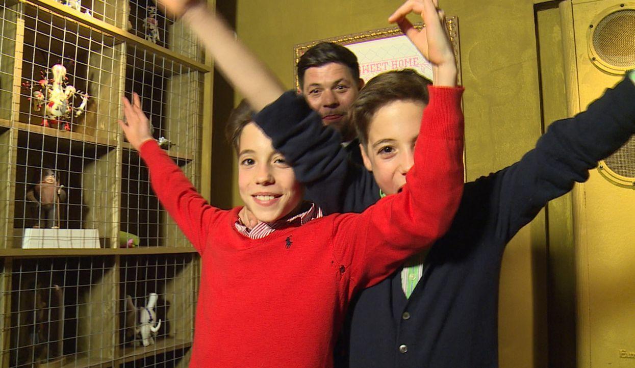 Treffen auf ihren Lieblinge Toch Tim Mälzer (hinten): die Zwillinge Niklas und Fabrice ... - Bildquelle: SAT.1