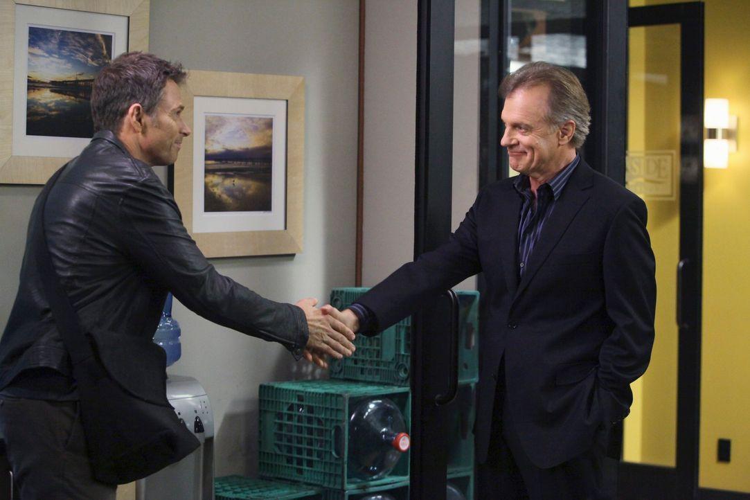 Bei einem Besuch in der Praxis stellt Addison Captain (Stephen Collins, r.) ihre Kollegen Pete (Tim Daly, l.) und Violet vor und dabei zeigt der Cap... - Bildquelle: ABC Studios