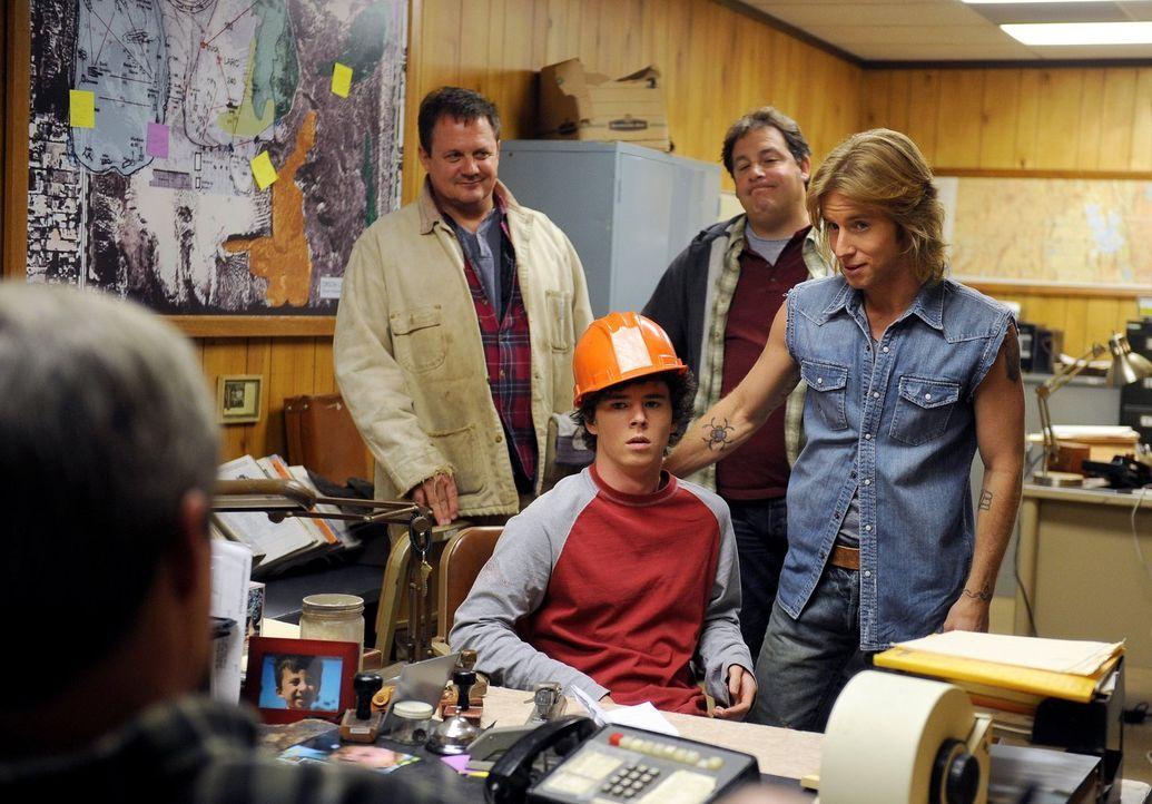 Als Axl (Charlie McDermott, M.) beim Schule schwänzen erwischt wird, spannt Mike seinen Sohn im Steinbruch ein, um ihm eine Lektion zu erteilen. Doc... - Bildquelle: Warner Brothers