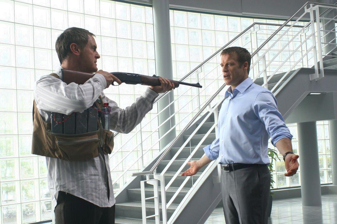 Personenschützer und Sicherheitsexperte Christopher Chance (Mark Valley, r.) arbeitet mit seinem kleinen Team für hochkarätige Kunden, die in höchst... - Bildquelle: Warner Bros.