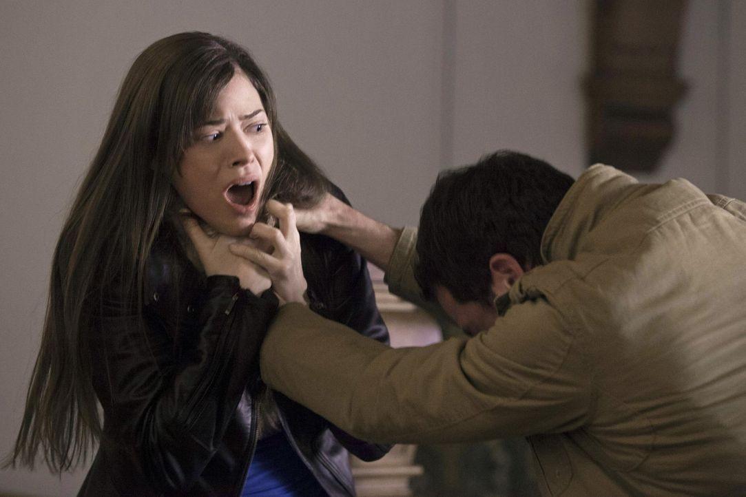 Cara (Peyton List) machte eine unerfreuliche Begegnung mit einigen Menschen aus ihrer Vergangenheit ... - Bildquelle: Warner Bros. Entertainment, Inc