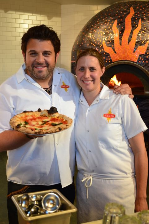 Im Punch in St. Paul wird noch echte neapolitanische Pizza aus dem Steinoffen serviert: Adam (l.) mit Jenny Nyquist (r.) ... - Bildquelle: 2011, The Travel Channel, L.L.C. All Rights Reserved.