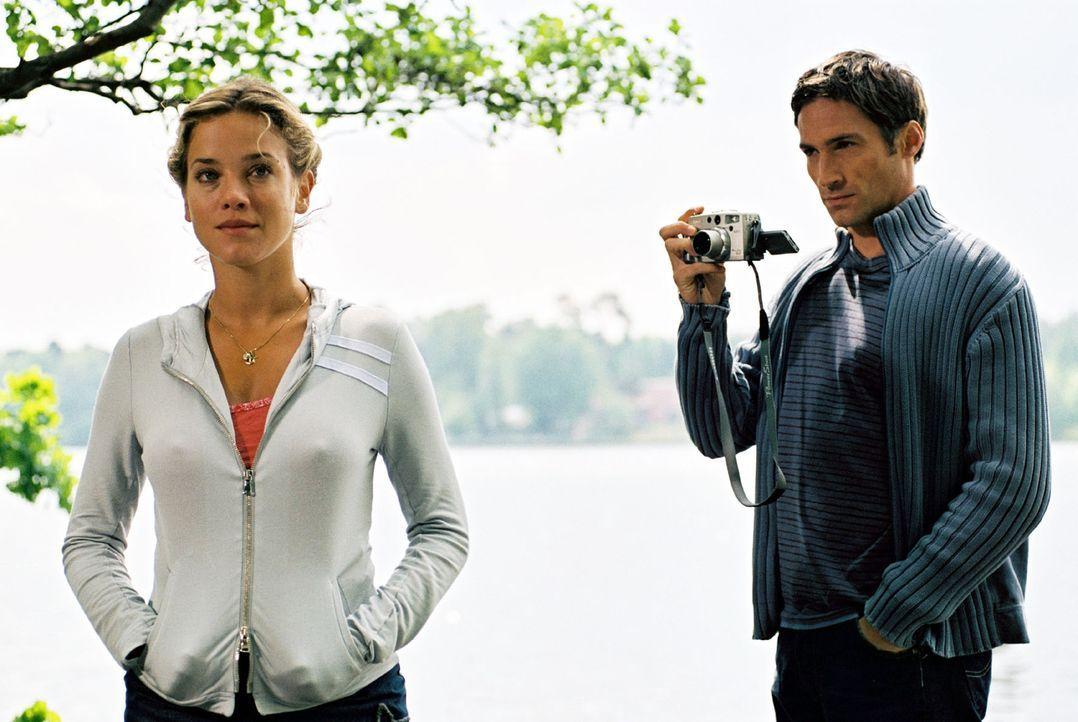 Bei der Vorbereitung seiner Hochzeit mit Karen fühlt sich Hannes (Benjamin Sadler, r.) immer stärker zu Nina (Muriel Baumeister, l.), der Besitzerin... - Bildquelle: Noreen Flynn Sat.1